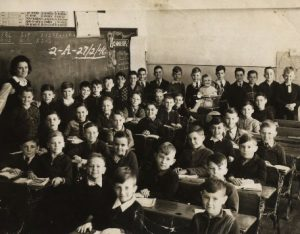 Régi kép egy régi iskolából diákokkal, tanárral