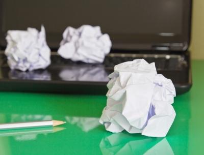 Laptop, összegyűrt papírgombócokkal
