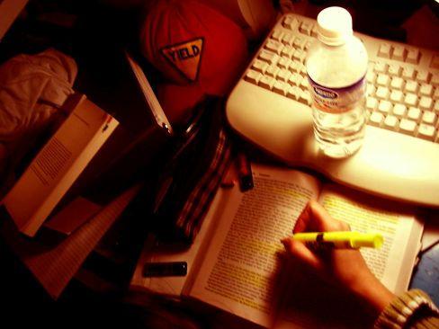 kétségbeesett tanulás: tankönyv, víz, szövegkiemelő, jegyzetfüzet...