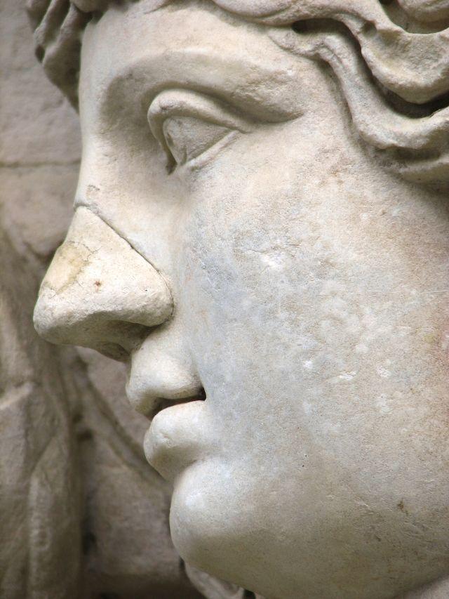 Törött orrú szobor